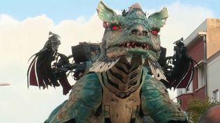 Un dragon de 72 tonnes a été présenté à Calais (Pas-de-Calais) vendredi 1er novembre. Un monstre d'acier qui arpente les rues de la ville durant tout le week-end de la Toussaint. (FRANCE 2)
