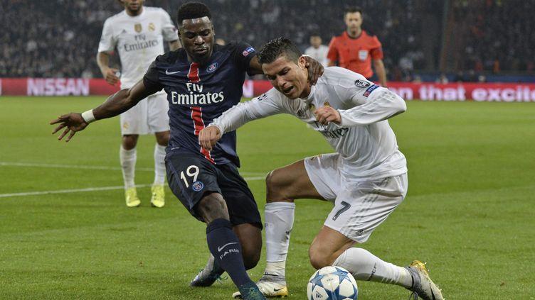 Le défenseur parisien, même pas impressionné de croiser la route de Cristiano Ronaldo. (MIGUEL MEDINA / AFP)