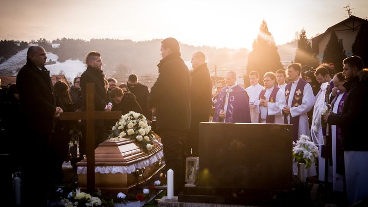 Les obsèques du journaliste Jan Kuciak ont eu lieu, le 3 mars 2018, à Stiavnik (Slovaquie). (VLADIMIR SIMICEK / AFP)