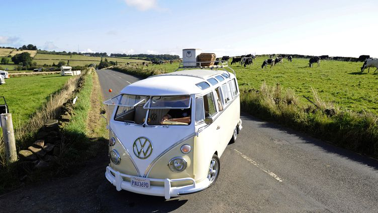 Un Combi Volkswagen sur une route de Tansley (Royaume-Uni), le 30 août 2009. (NIGEL RODDIS / REUTERS )