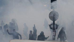 """Près de 1.200 """"black blocs"""", des individus cagoulés et masqués, se sont infiltrés dans """"le pré-cortège"""" de lamanifestation du 1er-mai organisée par les unions syndicales (GEOFFROY VAN DER HASSELT / AFP)"""