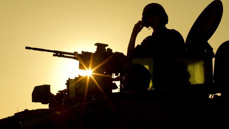 Un soldat israélien sur un véhicule de transport de troupes à la frontière de la bande de Gaza, le 15 novembre 2012. (JACK GUEZ / AFP)