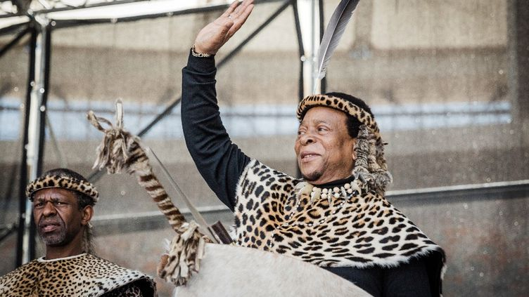Goodwill Zwelithini aimait paraître en costume traditionnel, commelorsqu'il préside à Durban les festivités d'Umkhosi Welembe, le 7 octobre 2018. (RAJESH JANTILAL / AFP)