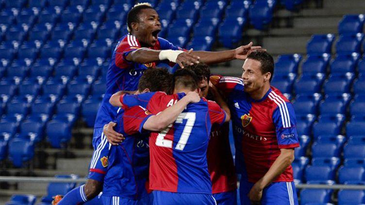 Les joueurs bâlois peuvent célébrer le 17e titre de l'histoire du club (FABRICE COFFRINI / AFP)