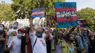 Un rassemblement devant le 10Downing Street à Londres pour réclamerune reconnaissance légale pour les personnes non binaires, le 12 septembre 2020, au Royaume-Uni. (WIKTOR SZYMANOWICZ / NURPHOTO / AFP)