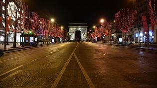 A Paris où le couvre-feu est en vigueur de 20 heures à 6 heures du matin, l'avenue des Champs-Elysées est déserte à l'approche des 12 coups de minuit, jeudi 31 décembre 2020. (JULIEN MATTIA / ANADOLU AGENCY / AFP)