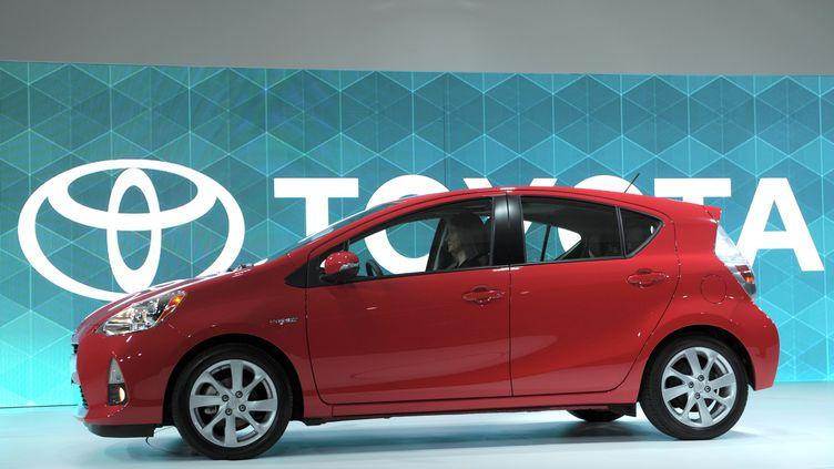 Un modèle Toyota Prius présenté à la presse au Salon de l'automobile de Detroit (Etats-Unis), le 10 janvier 2012. (STAN HONDA / AFP)