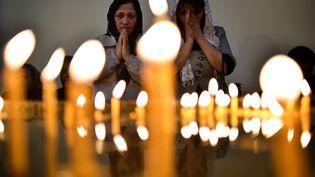 Des femmes dans la cathédrale d'Etchmiadzin, à une vingtaine de kilomètres d'Erevan (Arménie), lors de la cérémonie de canonisation de victimes du génocide arménien. (KIRILL KUDRYAVTSEV / AFP)