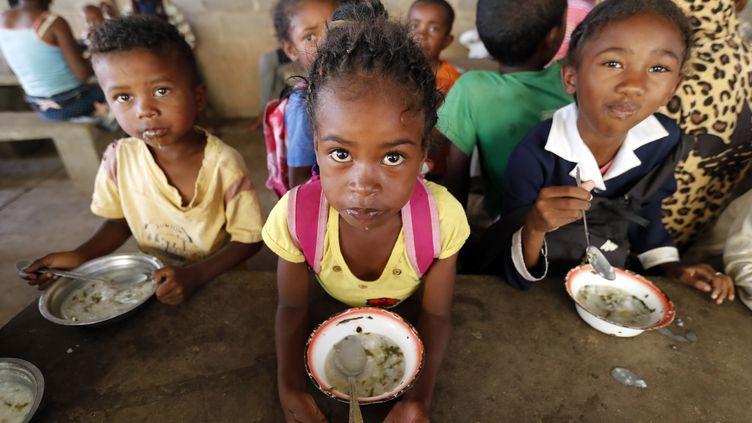 Distribution de repas gratuits à des enfants vulnérables d'Antananarivo, la capitale de Madagascar. (GODONG / BSIP)