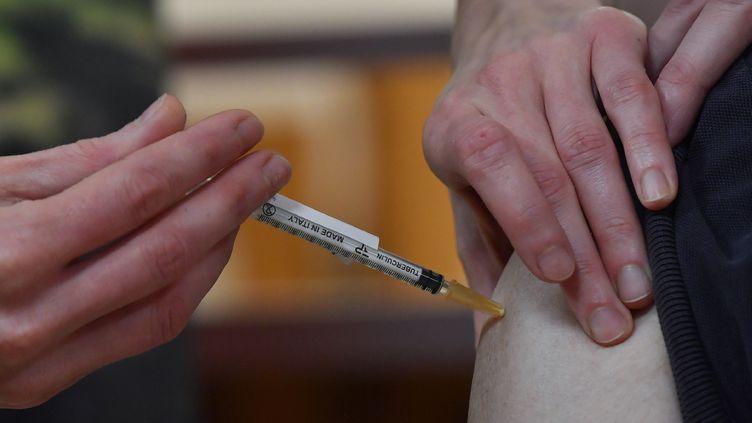 Daniel, 80 ans, reçoit une des premières doses de vaccin contre de Covid-19Pfizer-BioNTech administrées en France, dans un Ehpad de Dijon, dimanche 27 décembre 2020. (PHILIPPE DESMAZES / POOL)
