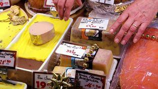 Du foie gras et du saumon en vitrine d'un commerce de Thionville, le 14 décembre 2016. (JULIO PELAEZ / MAXPPP)