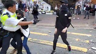 Capture d'écran d'une vidéo montrant un manifestant visé par un policier, le 11 novembre 2019, à Hong Kong. (CUPID NEWS / AFP)