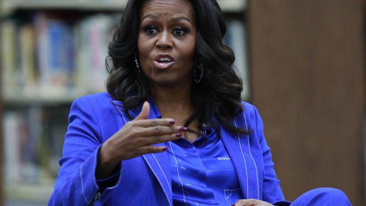 L'ancienne Première dame des Etats-Unis, Michelle Obama, lors d'une discussion dans un lycée de Chicago (Illinois, Etats-Unis), le 12 novembre 2018. (JIM YOUNG / AFP)