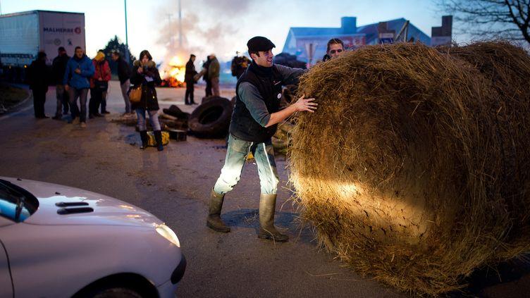 Blocage de laRN 165 par des agriculteurs à proximité de Vannes (Morbihan), le15 février 2016. (JEAN-SEBASTIEN EVRARD / AFP)