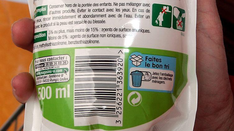 Un homme tient un paquet de lessive où apparît le logo éco-emballages, le 4 avril 2012, à Nice (Alpes-Maritimes). (MAXPPP)
