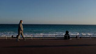 Sur la promenade des Anglais, à Nice (Alpes-Maritimes), le 21 février 2021. (LAURENCE KOURCIA / HANS LUCAS / AFP)