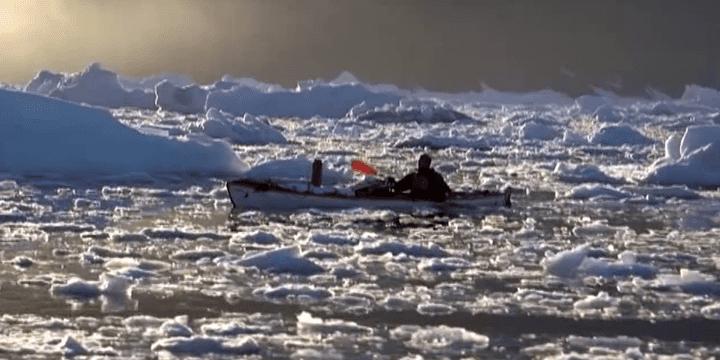 Alban Michon en kayak au Groënland  (Capture d'image France3/Culturebox)