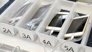 Des téléphones sont reconditionnés pour être revendus, le 14 octobre 2020, dans une entreprise de Saint-Mathieu-de-Tréviers (Hérault). (MAXPPP)