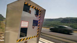 L'auteur des faits s'est fait flasher avec la plaque d'immatriculation de son voisin sur la route de Castelnau à Gabarret dans les Landes. Photo d'illustration prise le 30 juin 2005 sur l'A75. (DOMINIQUE FAGET / AFP)