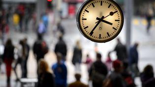 Une horloge des Chemins de fer fédéraux suisses, dont se serait librement inspiré Apple dans sa nouvelle mise à jour. (FABRICE COFFRINI / AFP)