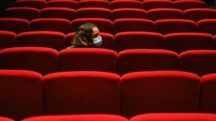 Une spectatrice dans une salle de cinéma, le 23 juin 2020 à Paris. (illustration) (ALEXIS SCIARD  / MAXPPP)