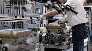 Un ouvrier dans une usine de fabrication de boîtes de vitesse, à Strasbourg, en octobre 2014. (FREDERICK FLORIN / AFP)