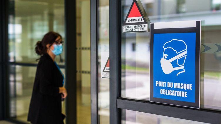 Un panneau indique que le port du masque est obligatoire avant d'entrer dans ce bâtiment de Limoges (Haute-Vienne), le 24 septembre 2020. (BURGER / PHANIE)