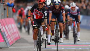 Caleb Ewan s'est imposé sur la 7e étape du Giro. (DARIO BELINGHERI / AFP)