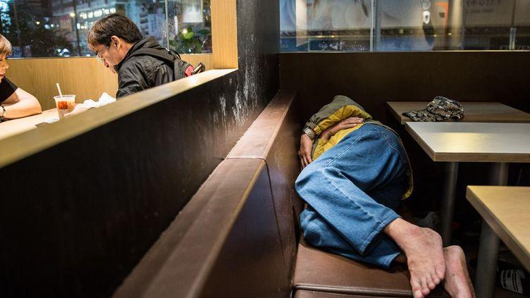 A Hong Kong, les loyers trop élevés poussent des travailleurs pauvres à dormir dans la rue ou dans des fast-foods. (Anthony WALLACE / AFP)