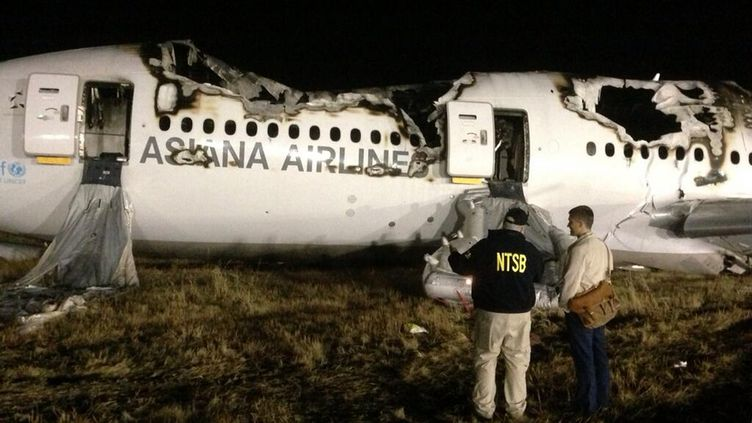 LeBoeing 777 qui a pris feu la veille à l'aéroport de San Francisco (Californie), dimanche 7 juillet 2013. (AFP / NTSB)