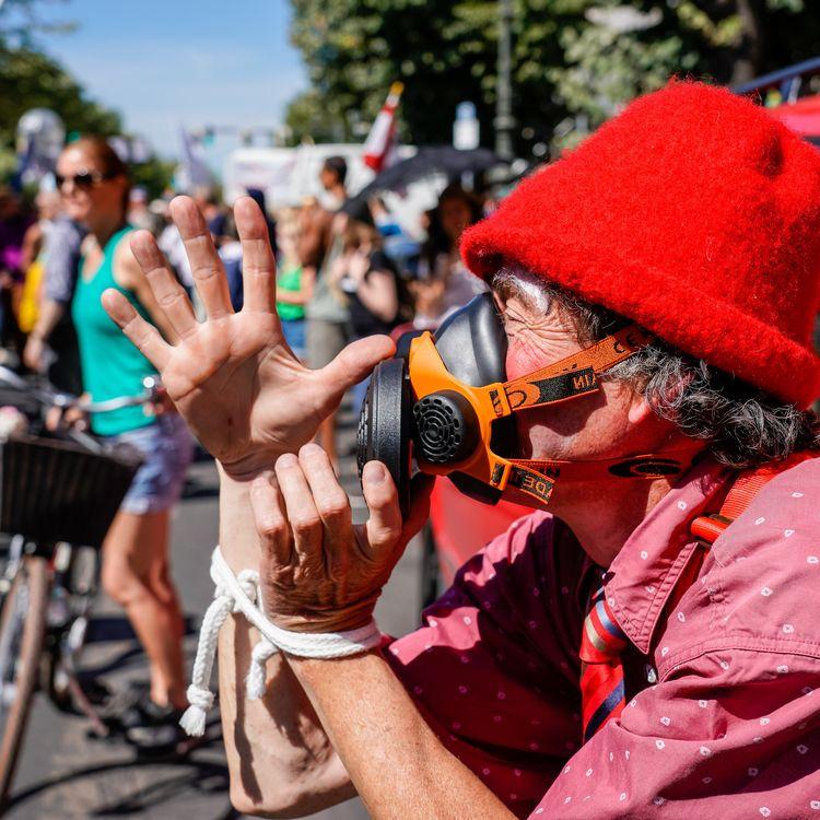 Lors d'une manifestation contre le port du masque à Berlin, en Allemagne, le 1er août 2020. (MARC VORWERK/SULUPRESS.DE / SULUPRESS.DE)
