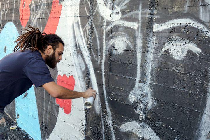 Suhaib Attar, étudiant et street artiste, à Amman, Jordanie (16 décembre 2017)  (Khalil Mazraawi / AFP)