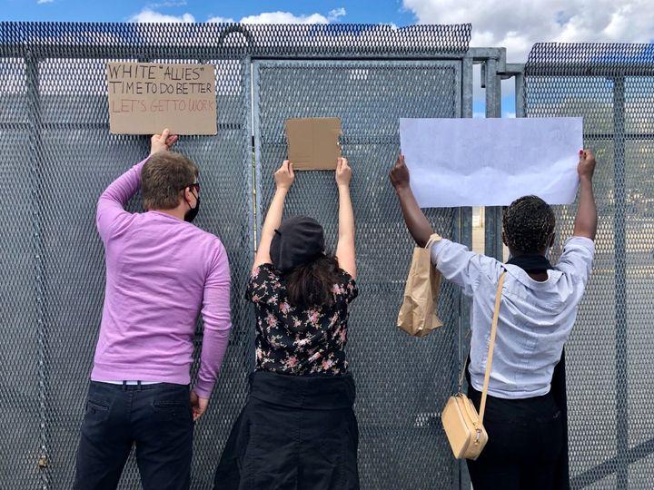 Des barrières anti-émeutes bloquent tous les accès à l'ambassade américainelors de la manifestation place de la Concorde à Paris en hommage à George Floydetcontre le racisme et les violences policières, le 6 juin 2020. (MATTHIEU MONDOLONI / FRANCEINFO)