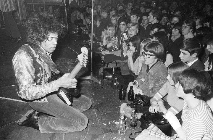 Jimi Hendrix en concert à Hambourg en mars 1967. (ULLSTEIN BILD / ULLSTEIN BILD / GETTY IMAGES)