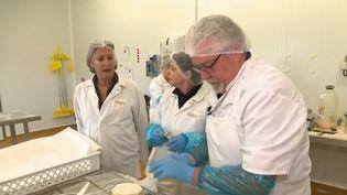 Près de Nancy (Meurthe-et-Moselle), une boulangerie industrielle qui manquait de main-d'œuvre a fait appel à des retraités. Alain, 64 ans, est leur nouvelle recrue à temps partiel, employé en CDI. (CAPTURE ECRAN FRANCE 2)