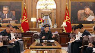 Le dirigeant nord-coréen Kim Jong Un participant à une réunion consultative des hauts responsables du Comité central du Parti et des comités provinciaux du Parti à Pyongyang, le 7 juin 2021. (STR / KCNA VIA KNS / AFP)
