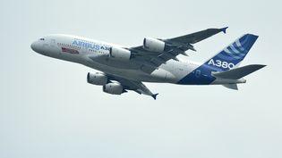 Un Airbus A380 décolle del'aéroport de Zhuhai Jinwan en Chine, le 10 novembre 2014. (XU FENGSHAN / IMAGINECHINA / AFP)