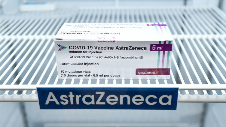 Une boîte de vaccin anti-Covid d'AstraZeneca, le 12 mars 2021, à Bangkok (Thaïlande). (VACHIRA VACHIRA / NURPHOTO / AFP)