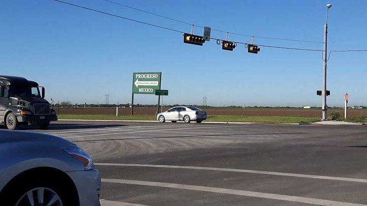 La barrière au Texas est discontinue. A Progreso, le Mexique est indiqué, comme n'importe quelle direction, etle pont sur le Rio Grande est l'un des 48 postes frontière des Etats-Unis avec le Mexique. (MATHILDE LEMAIRE / RADIO FRANCE)