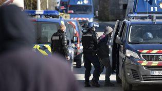 Des gendarmes déployés lors de l'opération d'évacuation du bois Lejuc,jeudi 22 février 2018, où vivaient des opposants au projet d'enfouissement de déchets nucléaires de Bure (Meuse). (JEAN-CHRISTOPHE VERHAEGEN / AFP)
