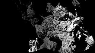 Cette image, réalisée à partir de plusieurs clichés, le 13 novembre 2014, présente la sonde Rosetta lors de son atterrissage sur la comète Tchouri. (AP / SIPA)