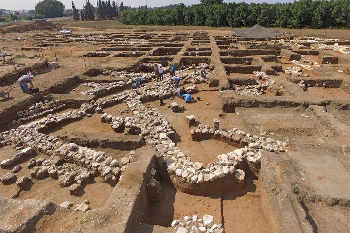 Des archéologues israéliens travaillent sur le site archéologique de En Esur (Ein Asawir), tout près de la ville de Harish,où ont été exhumés les restes d'une ville de5000 ans. (JACK GUEZ / AFP)