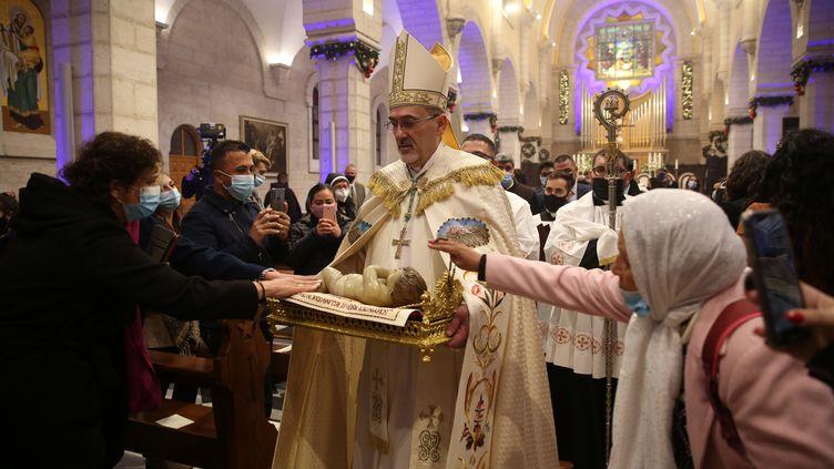 Le Patriarche latin de Jérusalem, durant les cérémonies de la messe de Noël à Béthléem (Palestine) le 25 décembre 2020. (ABED AL HASHLAMOUN / POOL / AFP)
