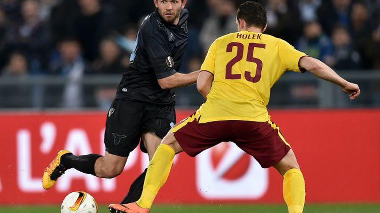 Senad Lulic (Lazio Rome) à la lutte avec Mario Holek (Sparta Prague)