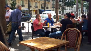 Depuis le 2 juin, les cafetiers et restaurateurs parisiens peuvent étendre leur terrasse sur les trottoirs ou la chaussée. (STÉPHANIE BERLU / FRANCE-INFO)
