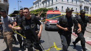 Des policiers déployés dans les rues de Tunis (Tunisie), le 27 juin 2019. (FETHI BELAID / AFP)