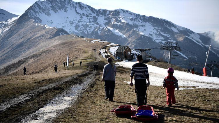 Des randonneurs à la station deSuperbagneresen février 2020. (ANNE-CHRISTINE POUJOULAT / AFP)