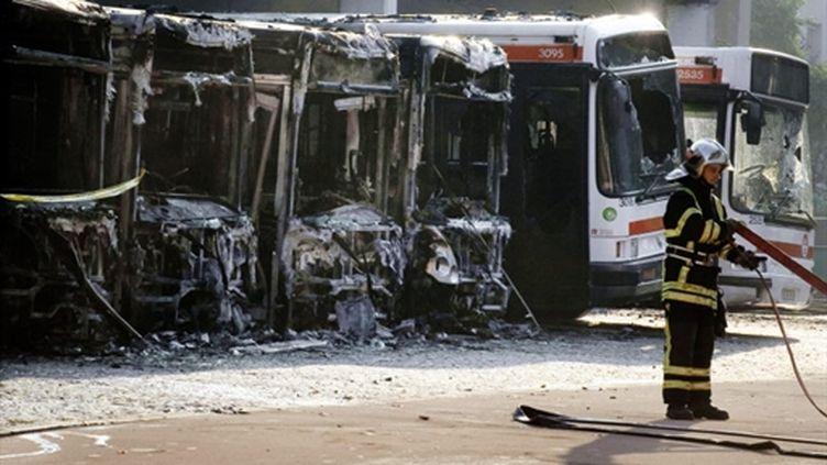 Le dépôt d'autobus urbain de 2.500 m2 a été ravagé par l'incendie (© AFP / JEAN-PHILIPPE KSIAZEK)