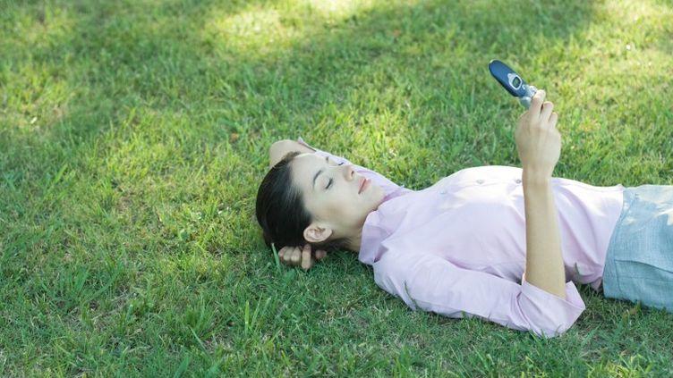 L'utilisation des téléphones portables provoquerait des problèmes de dos, selon une étude américaine publiée dans Surgical Technology International. (PHOTO ALTO / AFP)