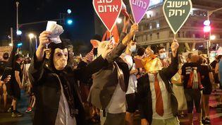 Des manifestants rassemblés devant la résidence du Premier ministre israélien Benyamin Nétanyahou début septembre 2020. (FRÉDÉRIC MÉTÉZEAU / RADIO FRANCE)